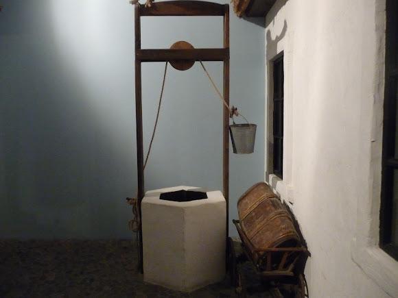 Шабо. Центр культури вина. Музей. Експозиція присвячена колоністам зі Швейцарії. Колодязь