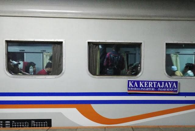 Kereta Api Kertajaya Pasar Turi - Pasar Senen