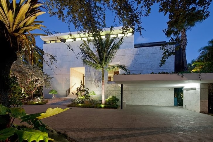 Front facade of an Amazing Coral Gables House by Touzet Studio