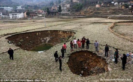 Socavones en la tierra en pueblo de China