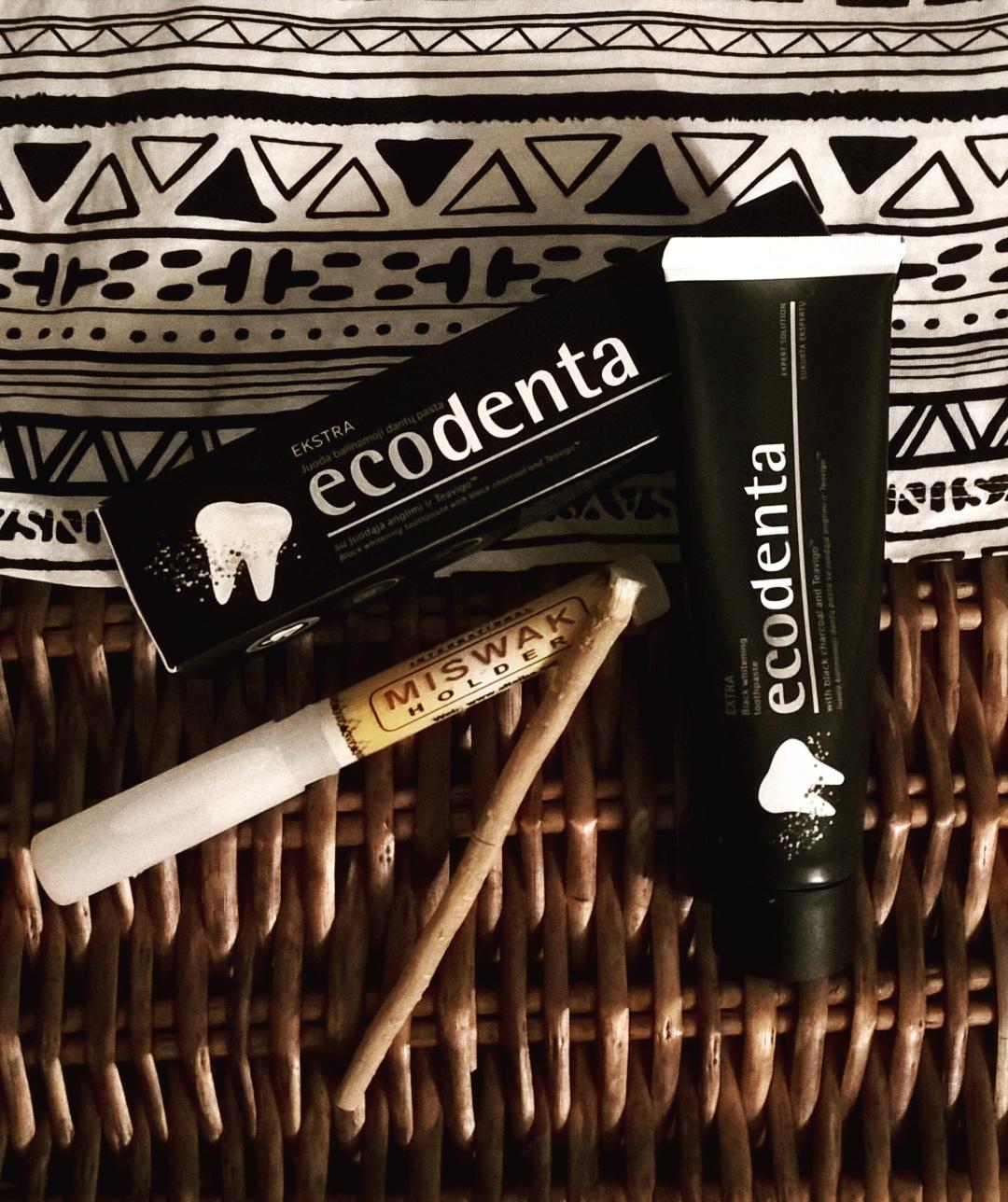 czarna pasta Ecodenta z węglem i Miswak do zębów