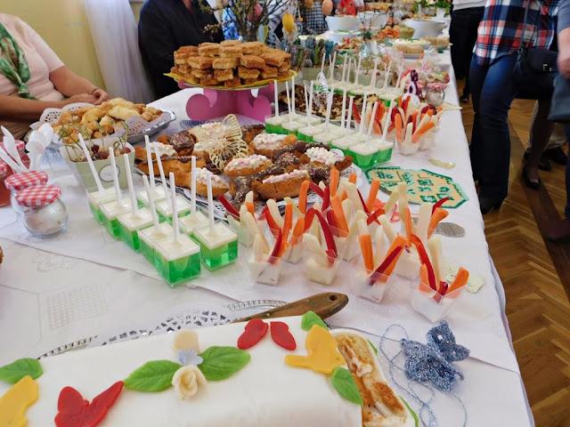 dekoracje świątecznych stołów, potrawy wielkanocne, wiosenne dania