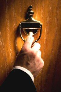 tamu yang mengetuk pintu