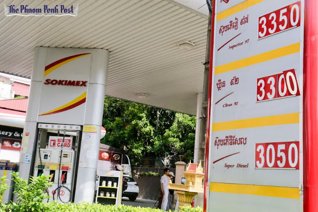 A sign displays petrol prices at a service station on Phnom Penh's Norodom Boulevard yesterday afternoon. Heng Chivoan