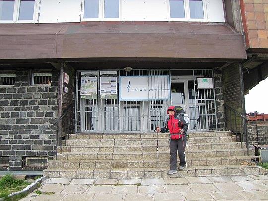 Wejście do budynku stacji przekaźnikowej TV na Kráľovej hoľi.