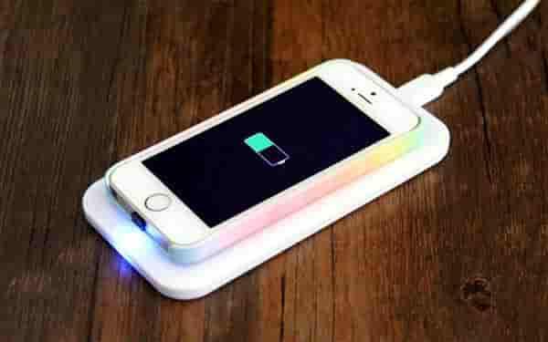iPhone का वायरलेस चार्जिंग पैड हुआ लॉन्च | QI Technology से है लैस | जाने कितनी है कीमत और क्या है खासियत