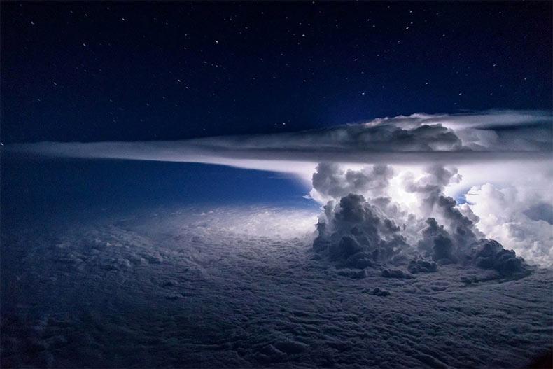 Piloto de Captura increíbles fotos de tormenta a 11 kilómetros de altura sobre el Océano Pacífico