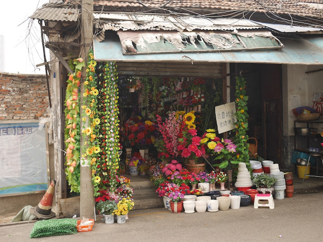 flowers (at least some artificial) for sale at Yanjiatang Lane (晏家塘巷) in Changsha