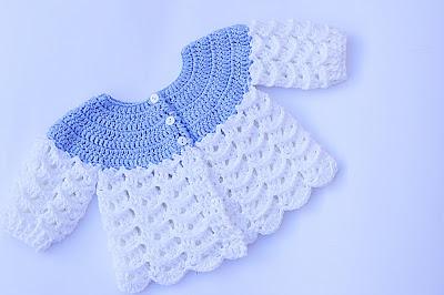 Imagen de Chambrita azul y blanca a crochet y ganchillo por Majovel crochet