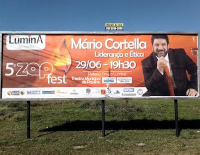 Outdoor anuncia palestra do filósofo Mario Sergio Cortella em Paulínia/SP. Nem Platão tinha esse cartaz todo na Grécia Antiga.