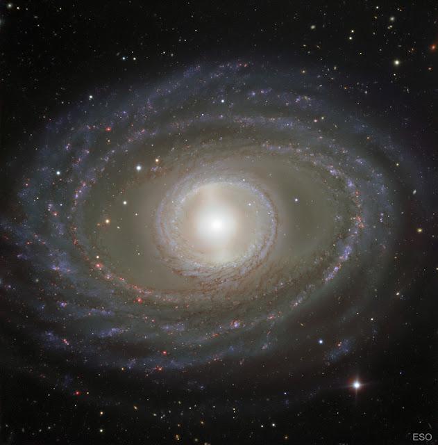 Những dải ruy băng và ngọc quý trong Thiên hà xoắn ốc NGC 1398. Hình ảnh: Đài Quan sát Nam Châu Âu.
