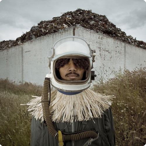 un hombre africano en traje de astronauta, cool pic.
