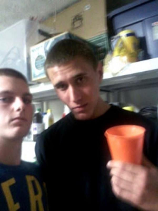 Tyler và 1 người bạn trong bữa tiệc chết chóc.