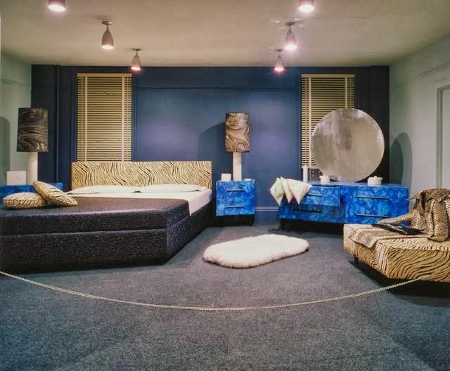 Bois, Vinyle, Métal, Fourrure Artificielle, Tissu Et Papier, Dans Un Espace  De 3x6,5x5,25 M, Ottawa, Musée Des Beaux Arts Du Canada. Chambre Complète  En ...