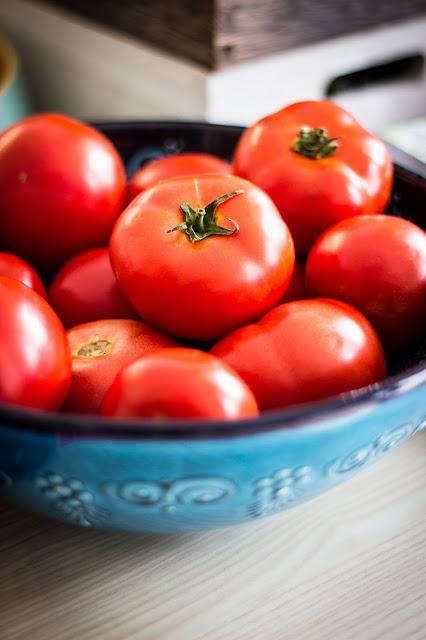 tomates-rojos-mesa-cocina