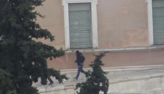 Ανενόχλητοι κουκουλοφόροι στο προαύλιο της Βουλής κατά το συλλαλητήριο