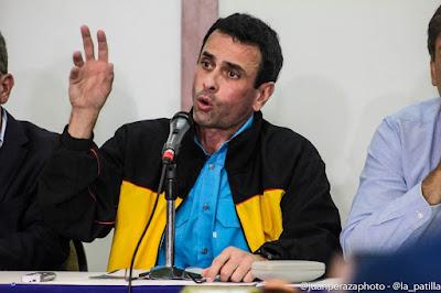"""El gobernador del Estado Miranda Henrique Capriles, ofreció declaraciones poco después de las cuatro de la tarde de este viernes para hacer un llamado a los venezolanos que hasta esa hora no habían salido a votar a que lo hicieran como parte de """"la operación remate en contra de Maduro""""."""