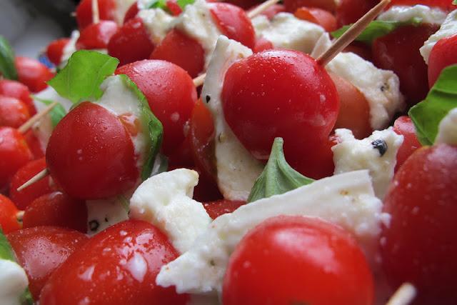 Recept: simpel aperitiefhapje met tomaat, mozzarella en basilicum