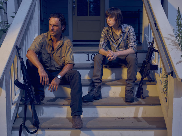 Andrew Lincoln como Rick Grimes e Chandler Riggs como Carl Grimes – The Walking Dead _ temporada 6, Gallery – Photo Credit: Frank Ockenfels 3/AMC