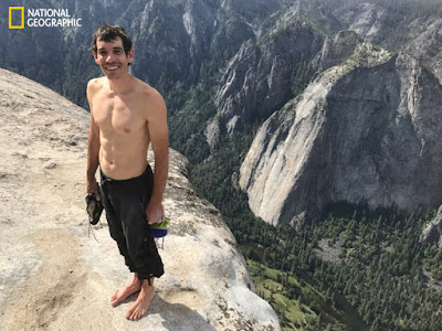 O alpinista Alex Honnold completa a escalada sem corda de mais de 900 metros do El Capitan no parque Nacional de Yosemite em 03 de junho de 2017. O evento histórico foi documentado para o próximo filme do National Geographic e para a revista. Crédito: Jimmy Chin
