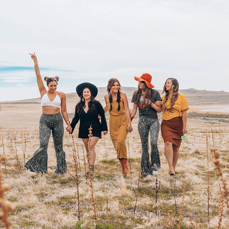 best friends girl gang, how to dress for a music festival, fashion blog