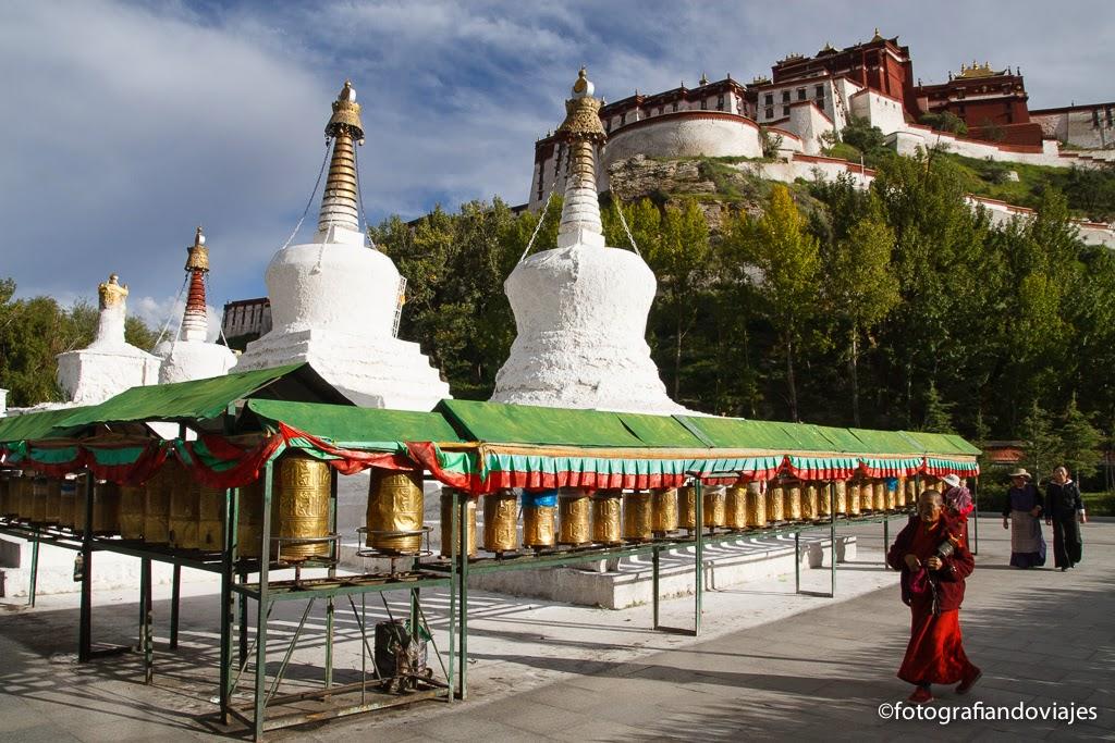 Lingkor en Lhasa con el Potala al fondo