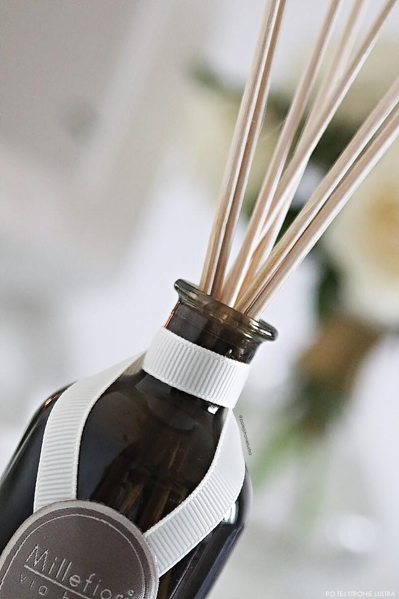 patyczki trzcinowe w butelecznce z olejkiem zapachowym