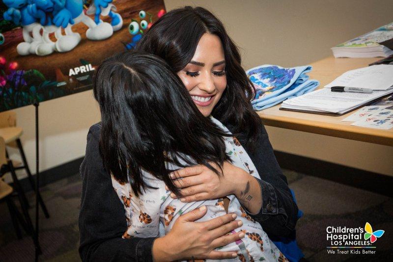 Demi Lovato visita Hospital de Niños con cáncer en Los Angeles