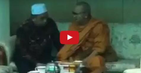 VIDEO: Pimpinan Biksu Ini Putuskan Masuk Islam Dan Ucapkan Syahadat Dibimbing Seorang Ustadz