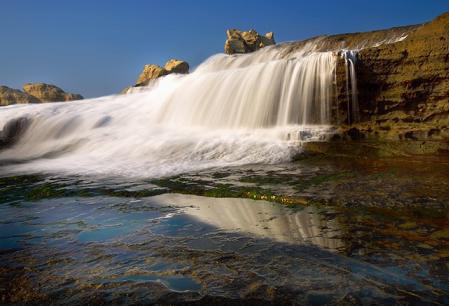 Air Terjun Ombak Di Pantai Klayar. | Credit Image