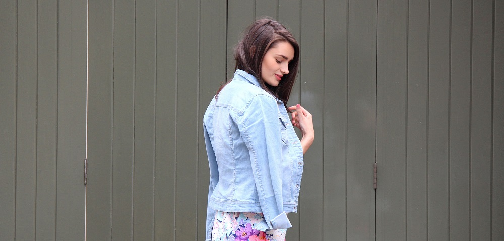 peexo fashion blogger wearing denim jacket and floral dress