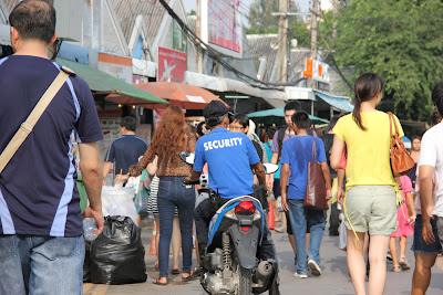 Sicurezza sul mercato Chatuchak a Bangkok