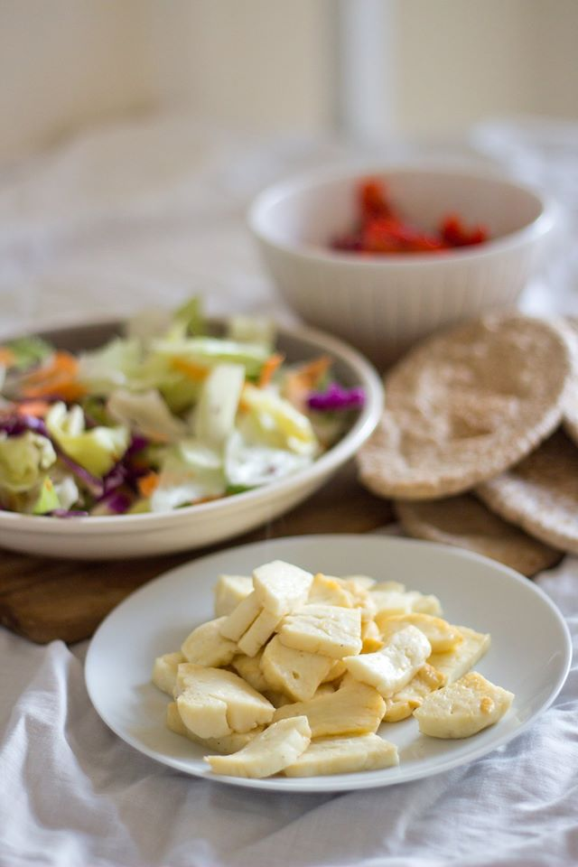 easy dinner recipe halloumi and sweet chilli pittas