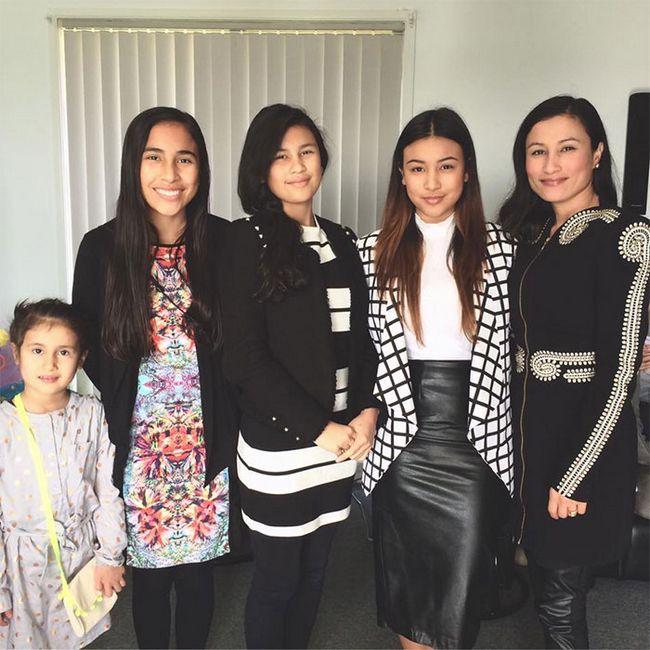 15 – Mãe de 38 anos (à direita) com suas filhas de 7, 14, 15, e 17 anos