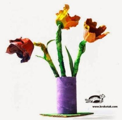 Bunga dan vas bunga dari kertas bekas tissue roll