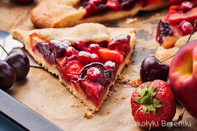 Rustykalna tarta z czereśniami, truskawkami