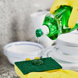 5 αλλιώτικες χρήσεις για το υγρό απορρυπαντικό πιάτων...