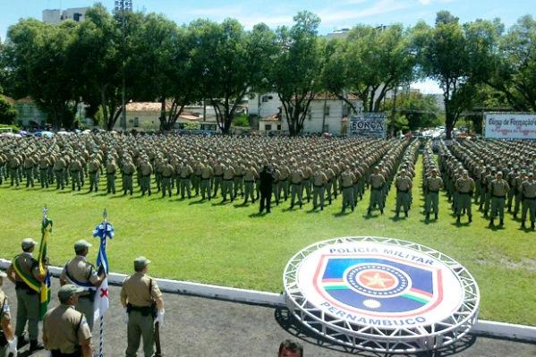 Resultado de imagem para policia militar de pe de greve