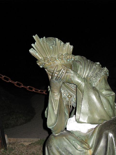 Em La Salette, Nossa Senhora apareceu chorando porque não conseguia segurar o braço de Seu Filho justamente irado pelos pecados do clero e do mundo.