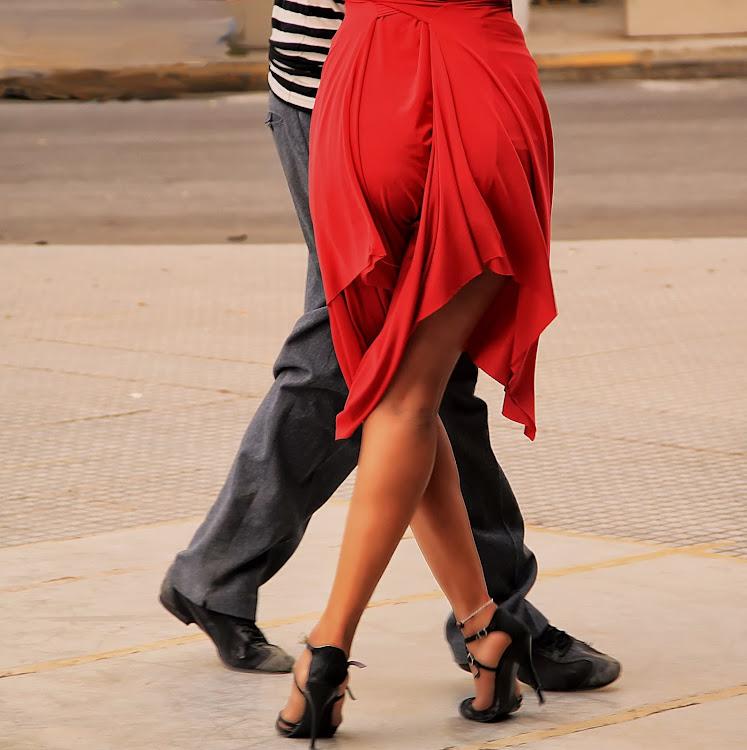 Piernas de pareja de tango en acción