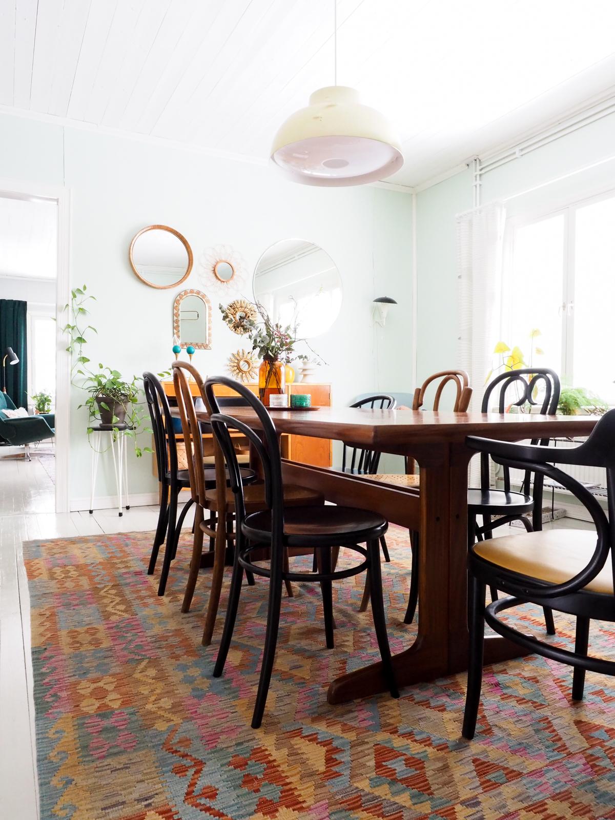 peiliseinä, matto ruokapöydän alla