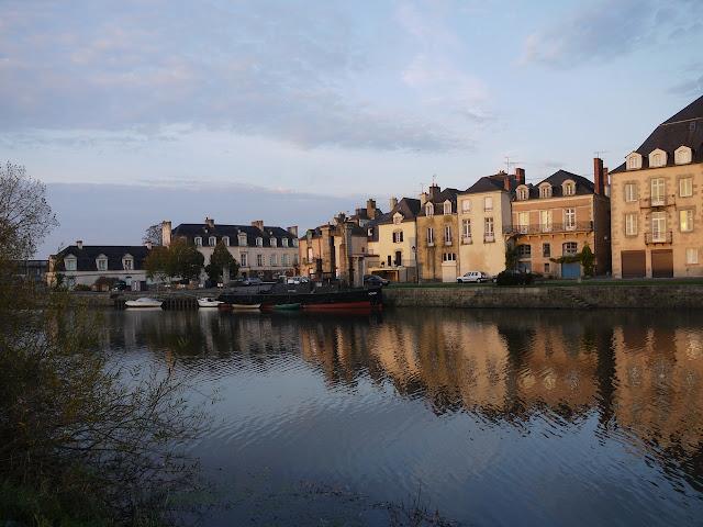 Quai Duguay-Trouin , au lever du soleil, bateaux sur la Vilaine