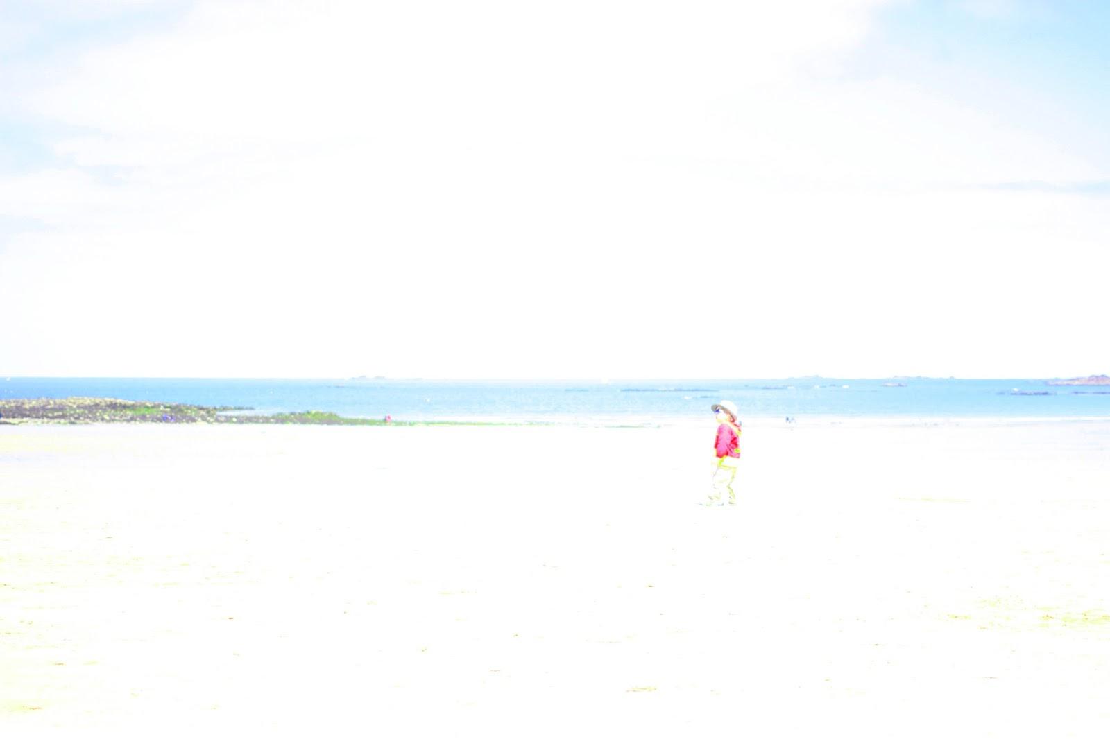 un petit bohomme sur la plage