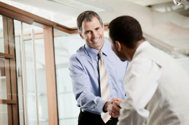 Jefe y empleado llegando a un acuerdo