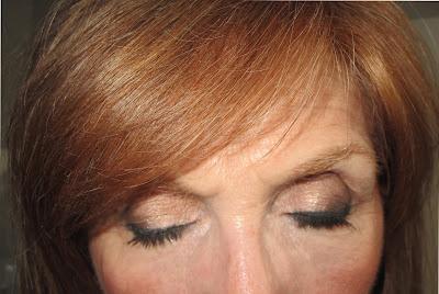 Imagen Ojos cerrados look neutro con delineado verde