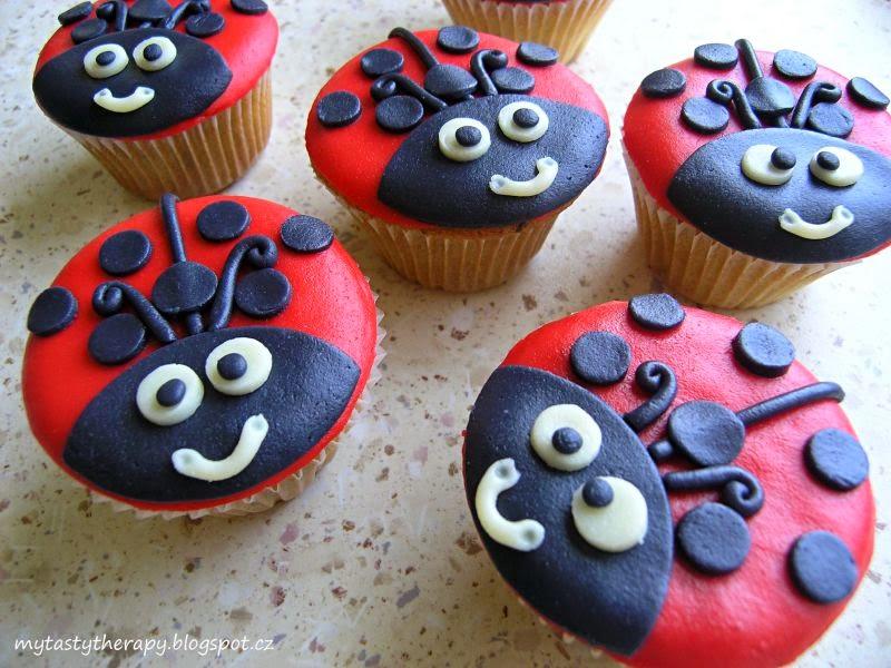 cupcakes potažené mléčnou modelovací hmotou a zdobené obrázky berušek