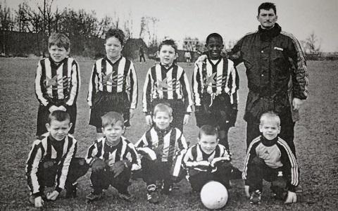 Lukaku (đứng cạnh HLV) trong đội bóng nhi đồng lúc lên 6 tuổi