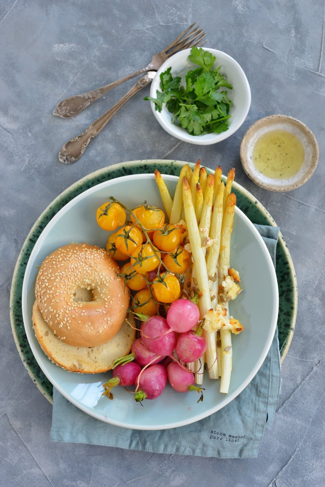 Pieczone szparagi z serem, słonecznikiem i rzodkiewką! Pomysł na letni obiad!