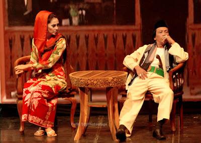 Maudy Koesnaedi yang berperan sebagai Ibu dari Tali dan Jodo, sedang menunggu anaknya ditemani oleh Mandra yang berperan sebagai Paman