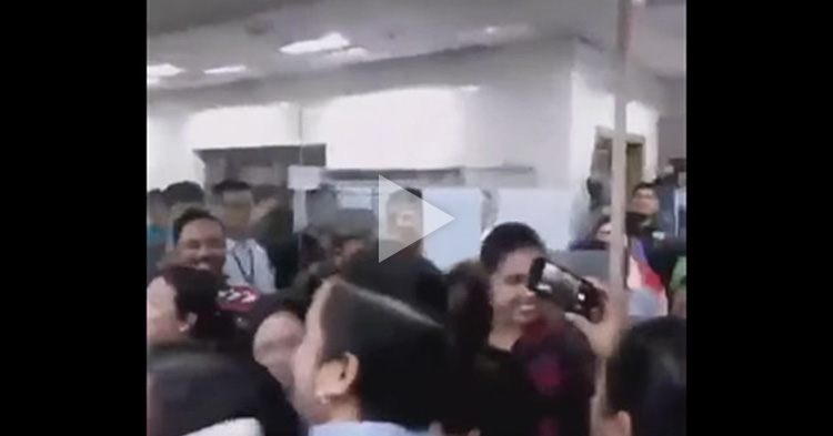 Phones and cameras raised up high as Maine Mendoza visited a newsroom